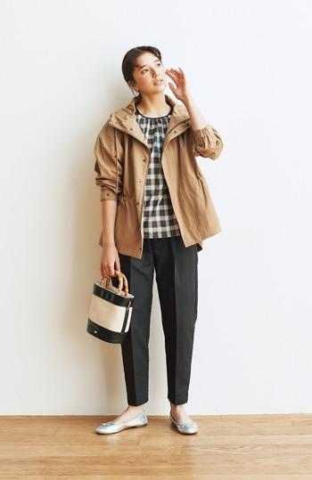 気軽にさっと羽織りやすいベージュのマウンテンパーカー。張りと光沢感のあるコットンが着やすく、女性らしいシルエットで、きれいめコーデにもよく合います。