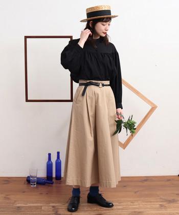 コットン×リネンのさらりとした着心地のロングスカート。ふわりと広がるフレアシルエットで、歩くたびに軽やかな動きをプラスしてくれます。カジュアルからオフィススタイルまで、幅広い着こなしが出来るので、定番アイテムとしてプラスしたいアイテムです。