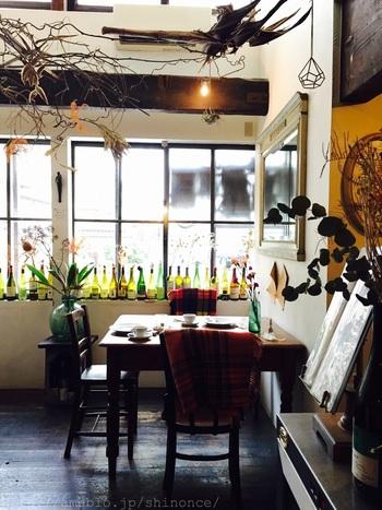 JR北陸本線の金沢駅から車で10分のところにある「ビストロひらみぱん」は、金沢で人気のカジュアルフレンチレストラン。大正時代の鉄工所の跡を利用した店内は、アンティークな雰囲気でおしゃれです。