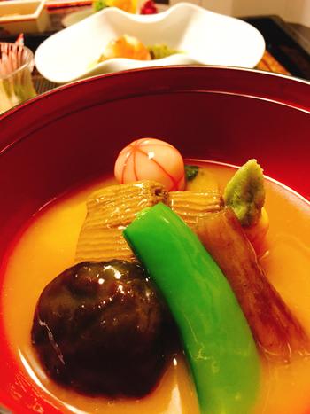 すだれ麩の入った金沢の名物「治部煮」もランチでいただけます。とろりとしたお出汁とお麩のやわらかさ、お野菜の旨みが口いっぱいに広がる上品な味わいは、食べてみる価値がありますよ。