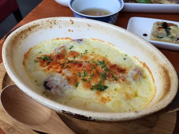 サラダランチのメインは、雑穀米のドリアや野菜リゾットからセレクト。こちらのドリアは、もっちりした雑穀と濃厚なチーズのコクが絶妙のバランスです。