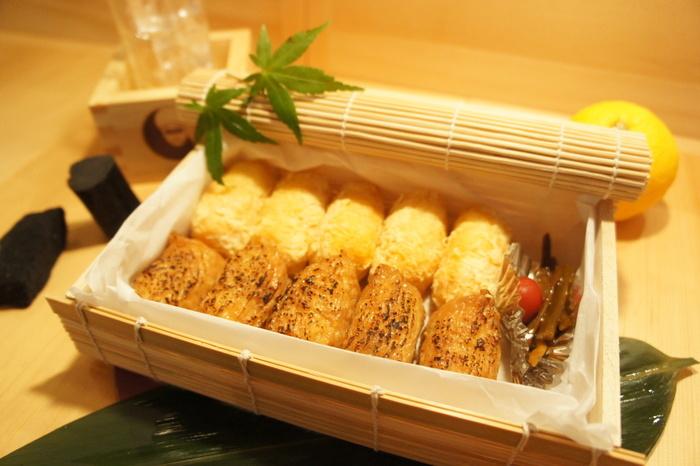 柚子や山椒が効いたおいなりさんは、後引く美味しさで私たちを魅了します。ごはんはふっくらやわらかく炊いてあって優しい口当たりが特徴です。
