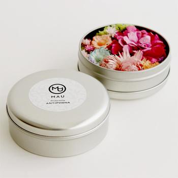 ハンドメイドで花型に折りあげた和紙のペーパープランツ部分に、オイルを落として香りを楽しむペーパープランツアロマディフューザー。香りを抑えたいときは蓋をして、香りを閉じ込めておくこともできます。玄関やリビングにちょこんと置ける可愛らしいデザインでギフトに喜ばれます。