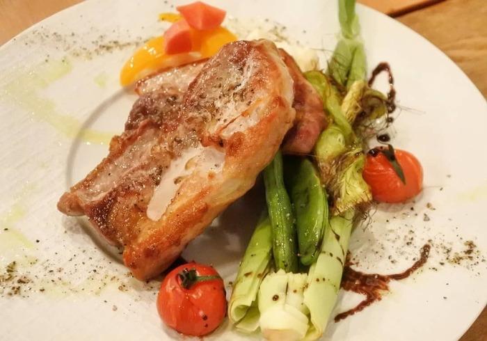 ディナーの人気は「プリフィックスコース」。通常のコースのように決まったメニューではなく、好きなお料理を選んでコースにするのが特徴。こちらのメインは8種類から選べるので、お友だちと違うメニューを選んでシェアするのもおすすめです。
