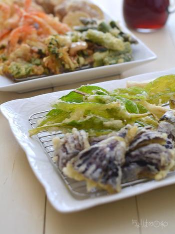 カリッと仕上げた、うるいの天ぷら。薄ごろもでさくさく食感も楽しく、いくつでも食べれちゃうおいしさです♪ うるいを洗ってカットし、天ぷらの粉に付けて揚げるだけ。
