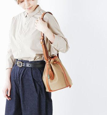 小ぶりなサイズ感と、丸みを帯びたシルエットのキュートさで、大人女子からも人気の高い巾着バッグ。今回はカジュアルコーデにぴったりな、巾着バッグカタログをご紹介します。