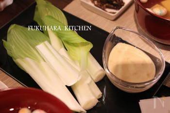 爽やかな味噌のディップソースでいただく、うるいのディップ。うるいはアク抜きの必要がないので、洗ってカットしてそのままいただける簡単レシピです。シャリシャリとした食感が楽しい!