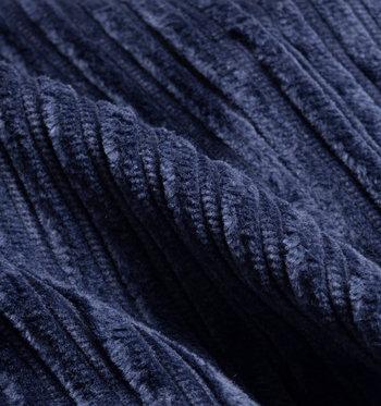 秋冬に人気の素材「コーデュロイ」。縦に畝(うね)が入っていて光沢があり、あたたかみのある素材です。ジャケットやパンツ、スカートなど、昔からさまざまなファッションアイテムの素材に使われていますが、ここ数年再び脚光を浴びています。