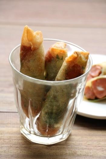 ピリ辛のチョリソと大葉を巻いて揚げたスティック春巻き。小さなサイズで作って、パクっと食べられるようにするのが◎おつまみにもぴったりですね。