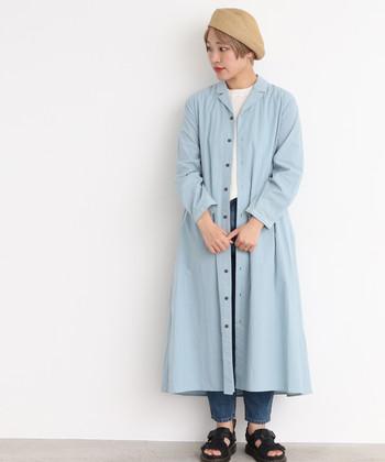 はやりのシャツワンピも、ライトブルーでより爽やかでかわいらしい雰囲気に。前を開けてガウンのように着れば、よりこだわり感ある素敵なコーデになります。