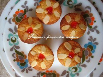 お花模様がかわいいカップケーキ。スライスアーモンドとドレンチェリーで簡単にデコレーションできます。紙カップなしで作ると簡単に片手でパクっと食べられます。