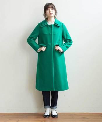 暗い色ばかりになりがちな冬コーデに革命を起こしてくれそうな鮮やかなグリーンのコート。シンプルコーデに羽織るだけでおしゃれさんになれますね。