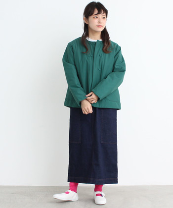 首元のデザインが珍しいダウンジャケット。カジュアルになりすぎてしまいがちダウンジャケットが苦手な方でも着やすそうな1枚です。 グリーンの差し色に赤を入れているのも素敵ですね。