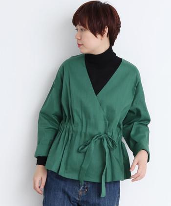 カシュクールがかわいいデザインジャケットです。シンプルに黒タートルを合わせるだけでおしゃれな雰囲気になります。レーストップスなどを合わせても今っぽくてかわいいですね。