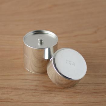 クリアー塗装をせずに無垢のままで仕上げてあるブリキでできた丸缶。間口が広く、取り出しやすいのも良いです。 使っていくうちにつく小さな傷や汚れもまた素敵に見えます。