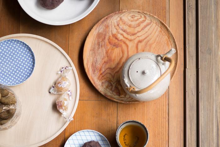東屋の無塗装の山茶盆です。無塗装なので使っていくうちに染みもできますが、それがまた良い感じに味になっていきます。お気に入りのお茶の道具を乗せて、お茶の時間のおともに使いたいお盆。