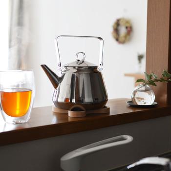 フィンランドの素敵なヤカン。映画や雑誌に登場して日本でも一躍人気になりました。注ぐお湯の量が調整しやすく、お茶でもコーヒーにでも◎。こんなかわいいヤカンならお湯を沸かすだけで楽しくなります。