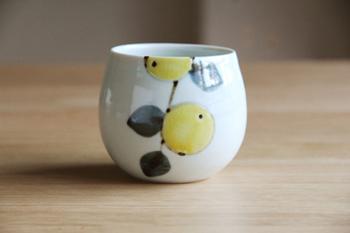 見ているだけでなごむ優しいみかんの絵が素敵な「九谷青窯」徳永遊心さんの湯呑みです。手にすっぽりと収まる形がなんともかわいらしい。両手でそっと持ちたくなります。緑茶やほうじ茶、コーヒーを飲む際にもおすすめです。