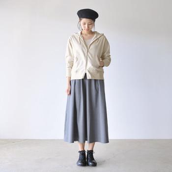 カジュアル、ボーイッシュなイメージのパーカーもスカートと合わせれば女性らしさアップ!生成り色のジップアップパーカーはシンプルでクリーンなので、前を閉めてトップスとして、羽織りとしても使えて1枚持っていると重宝しそう。