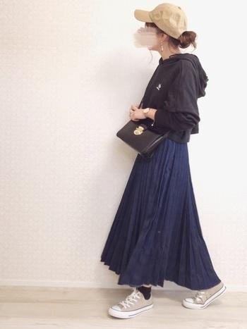 アディダスの胸ロゴがポイントのブラックパーカー。ドロップショルダー&ショート丈なので女性らしくおしゃれに着こなせます。丈短めだとスカートにも合わせやすいですよね。