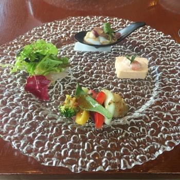 こちらのお料理は、イタリアンやフレンチにカテゴライズされない、より気軽に楽しめる欧風料理。自家栽培の新鮮な加賀野菜を使うなど、こだわりが感じられます。肩ひじを張らずに食べられるように、お箸も用意されているのがうれしいですね。
