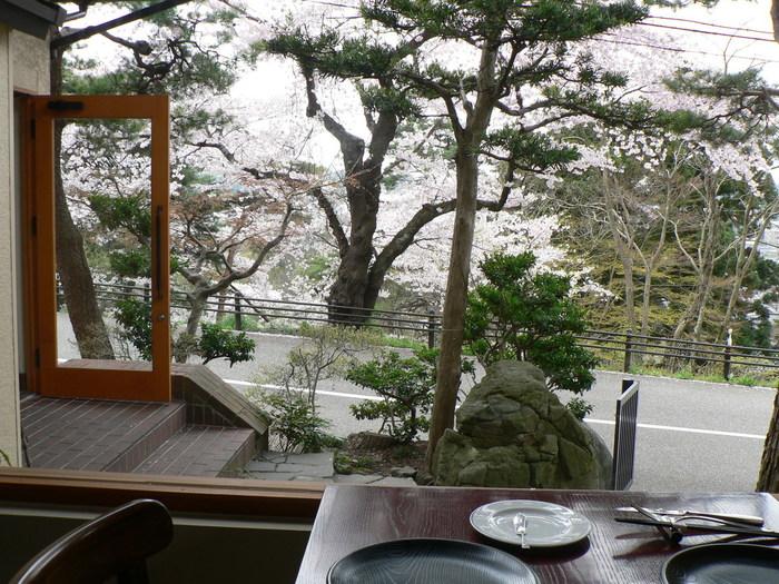 卯辰山公園の中ほどにある「四季彩 MOCCO」は、春の桜、秋の紅葉など、四季折々の美しい景色とお料理が楽しめるレストランです。