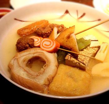 金沢おでんの老舗「赤玉 本店」は、創業以来受け継がれている伝統の味を変わらず食べられると評判です。お出汁をたっぷり吸った車麩、紅白かまぼこの赤巻といった金沢独特の具は、どれも絶品。