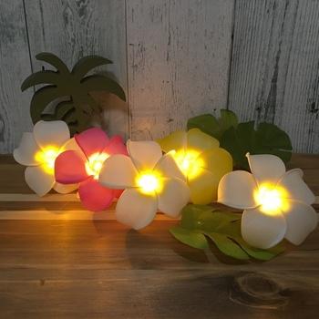 ガーランドライトをDIYしてみるというのも楽しいかもしれません。 こちらは、ダイソーで購入できるプルメリアのお花の飾りを使たガーランド。