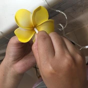 そこへ同じく100均で購入できるLEDケーブルライトを通して行けば、とっても可愛らしいお花のライトの完成です! リーズナブルに簡単に作れるので、是非、挑戦してみてはいかがでしょうか。