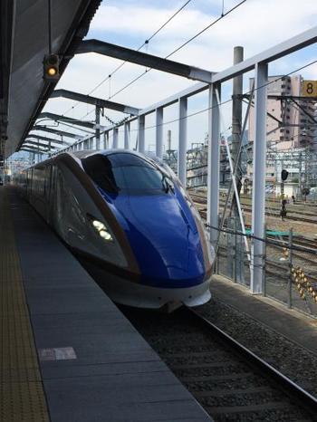 東京から石川県には、飛行機、電車、高速バス、マイカー、の4つの行き方があります。時間があまりないときには、飛行機を使えば羽田空港から小松空港まで約1時間5分、そこからレンタカーやバスに乗って金沢駅まで40分ほど、トータル2時間以内で到着可能です。  のんびり休暇旅行ならやっぱり電車で行くのがおすすめ。北陸新幹線に乗って、東京駅から金沢駅まで約2時間30分で行けちゃうので、1泊2日の週末旅でもたっぷり満喫できますよ♪