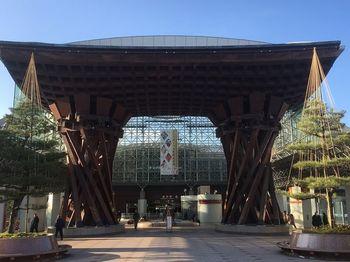 金沢駅は、玄関口として駅自体に見どころがあります。まずは建物をじっくり観察しましょう。おもてなしの心が込められた透明なガラス張りの「もてなしドーム」は、巨大な雨傘をイメージしているのだそう。全国で最も年間降雨日の多い金沢ならではの粋な意匠です。その他、ドーム内のベンチなどもおしゃれに演出されています。  また、ドームの正面には、鼓をイメージした「鼓門(つづみもん)」があります。金沢のシンボルとして親しまれているのだそう。駅の地下ではイベントが行われることもありますので、最新情報もチェックしてみましょう。