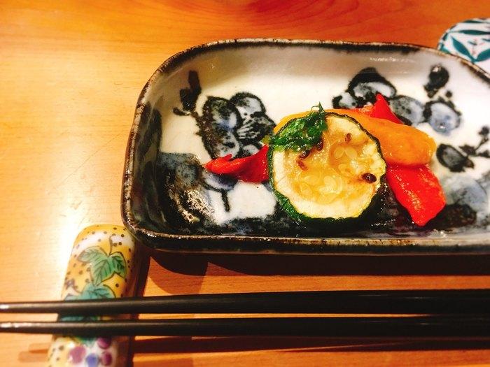 お店で使われている器は九谷焼。美しい絵柄がお料理をさらに引き立ててくれます。ステキな器に盛り付けられた金沢のお料理を、庭に面したカウンターでゆっくりと味わってみませんか?