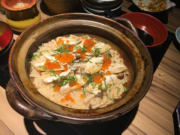 炊きたての土鍋ご飯もぜひいただきたいですね。ふっくら炊きあがったご飯に魚介の旨みがしみこみ、おなかいっぱいでもぺろりと食べてしまいそう。