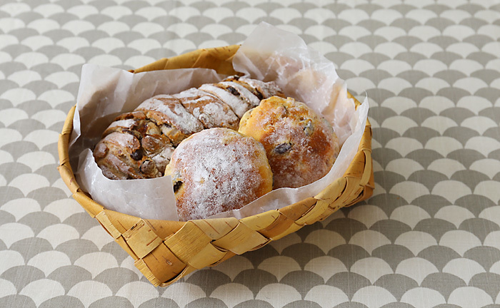 特に、人気なのが、おしゃれなブロガーさんのおうちにもよく登場するカゴやバスケット。パンや手作りのお菓子を入れてそのまま食卓へ並べたり、キッチンアイテムの収納に使うひとも。