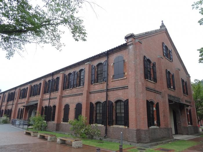 「石川県立歴史博物館」は、金沢駅からタクシーで約10分~15分のところにあるスポットです。「兼六園」の随身坂口からは徒歩約3分で行けますよ♪  赤レンガの3棟の建物は1909年に建てられました。その後、石川県立歴史博物館として開館したのは1986年のこと。1990年に国の重要文化財に指定され、1991年には日本建築学会賞を受賞しました。そして2015年に「いしかわ赤レンガミュージアム」としてリニューアルオープン。常設展では、石川県の歴史や文化にふれることができます。