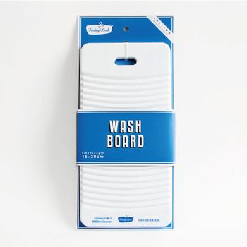 ドイツ・ベルリンの街にあったコインランドリーから始まったランドリーアイテムブランドの「Freddy Leck sein WASCHSALON(フレディ・レック・ウォッシュサロン)」。ホワイトのロゴに青いロゴが爽やかなウォッシュボードは、軽いので気軽に取り出せます。