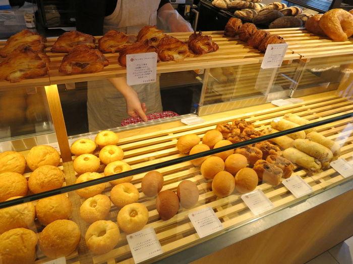朝ごはんには甘いパンだけではなく、すこし塩気のあるパンも欲しくなりますよね。焼きたてのパンは、どれもこれも美味しそうでついつい沢山買ってしまいます。おうちで丁寧に淹れたコーヒーを保温ポットに入れておけば、公園での朝ごはんピクニックがより充実しそう。