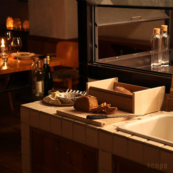 パンの収納に便利な「ブレッドボックス」。オシャレなだけでなく、パンを常温で潰さずに管理できる便利な道具でもあります。