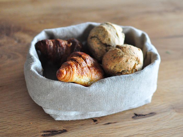 パンのためのバスケットという言葉が相応しい可愛らしさです。天然リネン100%で、パンの風味を損ねません。