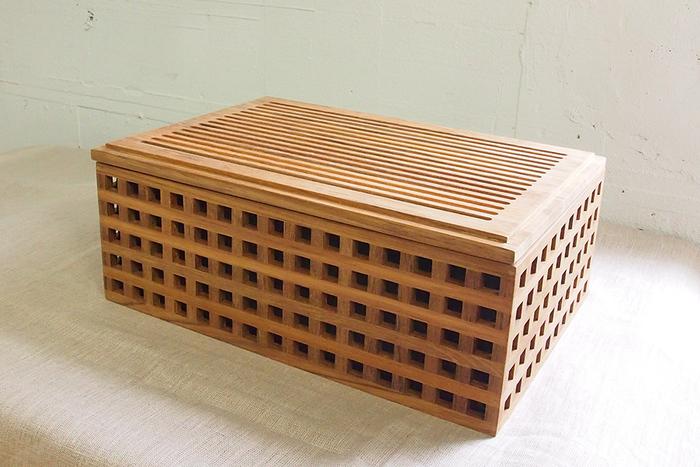 チーク材で作られた、木の質感が楽しめるブレッドボックスです。格子柄がスタイリッシュな雰囲気。中には取り外しのできるキャンバス地の袋があるから、乾燥から守ってくれます。