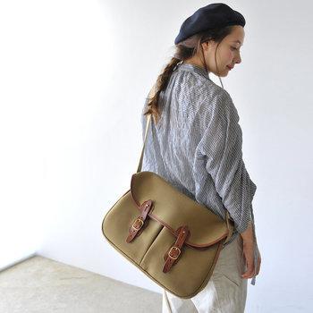 艶やかで品のあるレザーや、しっかりとした帆布を使用した、少しかっちりめのバッグのこと。 余計な装飾がないのでどんなコーデとも合わせやすく、着こなしを選ばず使っていただけます。