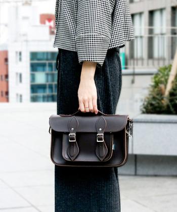 ちょっぴり上質なバッグを持つことで、いつものコーデがぐっと上品になりますよ。何気ない普段のコーデがワンランクアップして見えます。