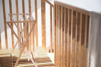 物干しスタンドを使うのはたいていランドリーではなく広いスペースのあるお部屋。そんなお部屋にシルバーにプラスチックの部品など、どうしてもお部屋のインテリアが崩れてしまいがちです。木と革だけできた「ポーランドの物干しスタンド」は、お部屋の風景の一部としてすっと馴染みます。