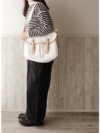 上質バッグなら、カジュアルスタイルの際のバランスもとりやすく、コーデのアクセントになってくれます。