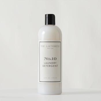 """衣類にやさしい洗剤がほしい。そんな方におすすめなのは、「The Laundress (ザ・ランドレス)」の10周年を記念して作られた""""No.10""""という洗濯洗剤。汚れを落とす酵素や色の保護剤などがバランス良く配合されており、あらゆる洗濯物に使用できます。"""