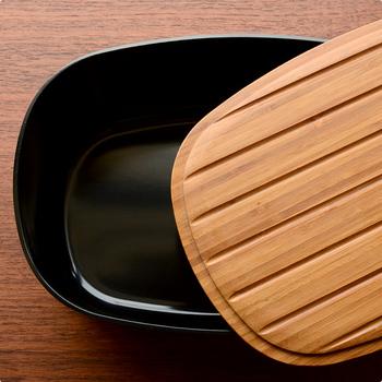 本体はメラミン素材、蓋は竹製で出来ています。蓋の裏側には溝があり、カッティングボードとしても使用可の可能です。