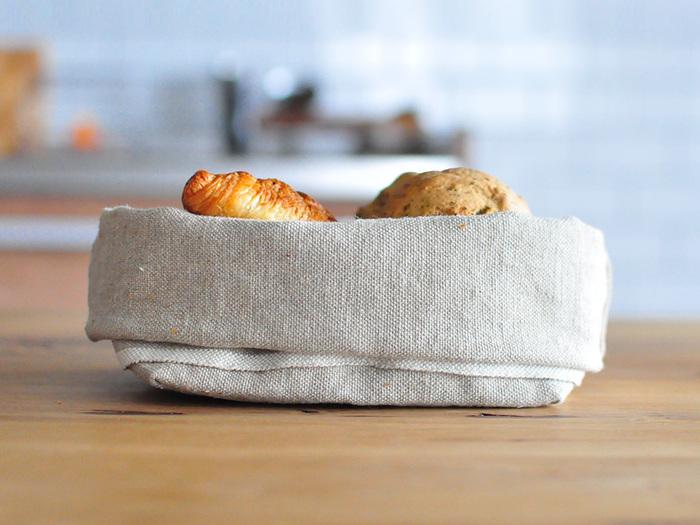 パンの高さに合わせて袋の口をクルクルと折って使います。入れるパンに合わせて調節できるのも便利そう。