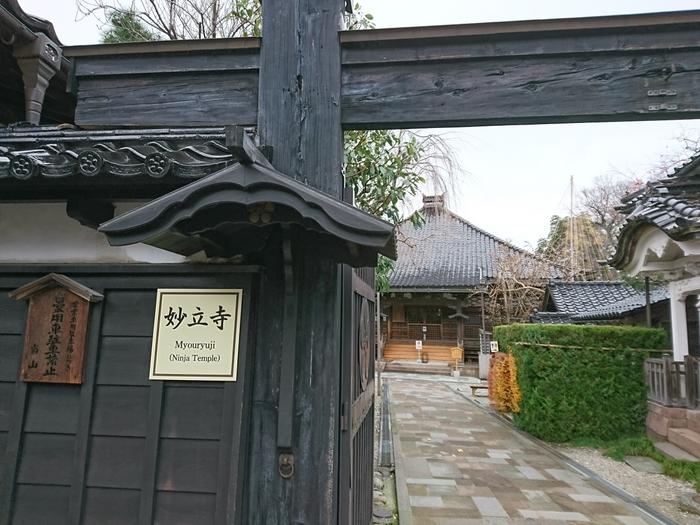 「妙立寺(みょうりゅうじ)」は、金沢駅から車で約15分のところにあるスポットです。1643年の創建以来、歴史の中で出城としての役割も担っていたことから、建物全体が迷路のような複雑な構造になっています。このことから「忍者寺」と呼ばれるようになったのだそう。  落とし穴に早変わりする賽銭箱や、床板をめくると出てくる隠し階段、屋根の上にあり加賀平野まで見渡せる物見台など、さまざまな見どころがあります。忍者に憧れる子供から大人までみんなで楽しめるスポット。拝観には予約が必要なため、あらかじめ予定に組み込んでおきましょう。