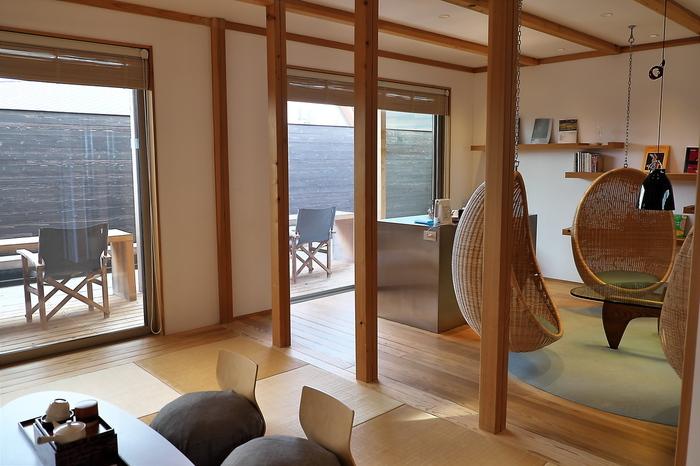 """宿泊棟のほか、4人の作家がそれぞれ手がける4つの""""離れ""""は、テーマである「杉」「松」「栗」「檜」の国産木材をつかったこだわりの宿。すべて源泉100%かけ流しの専用露天風呂を楽しむことができますよ。"""