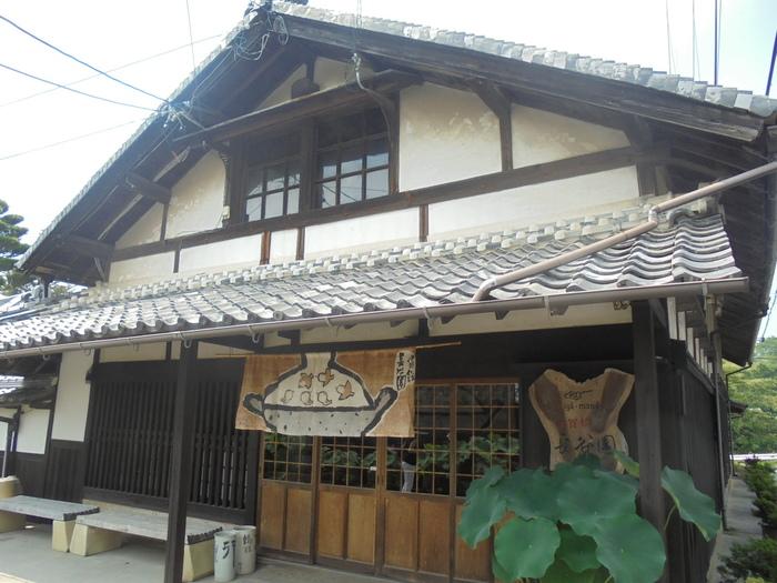 長谷園の伊賀本店は、広い敷地に工房や旧登り窯のほか、展示室、資料館、体験工房などが整えられ、伊賀焼を知る観光地として充実しています。